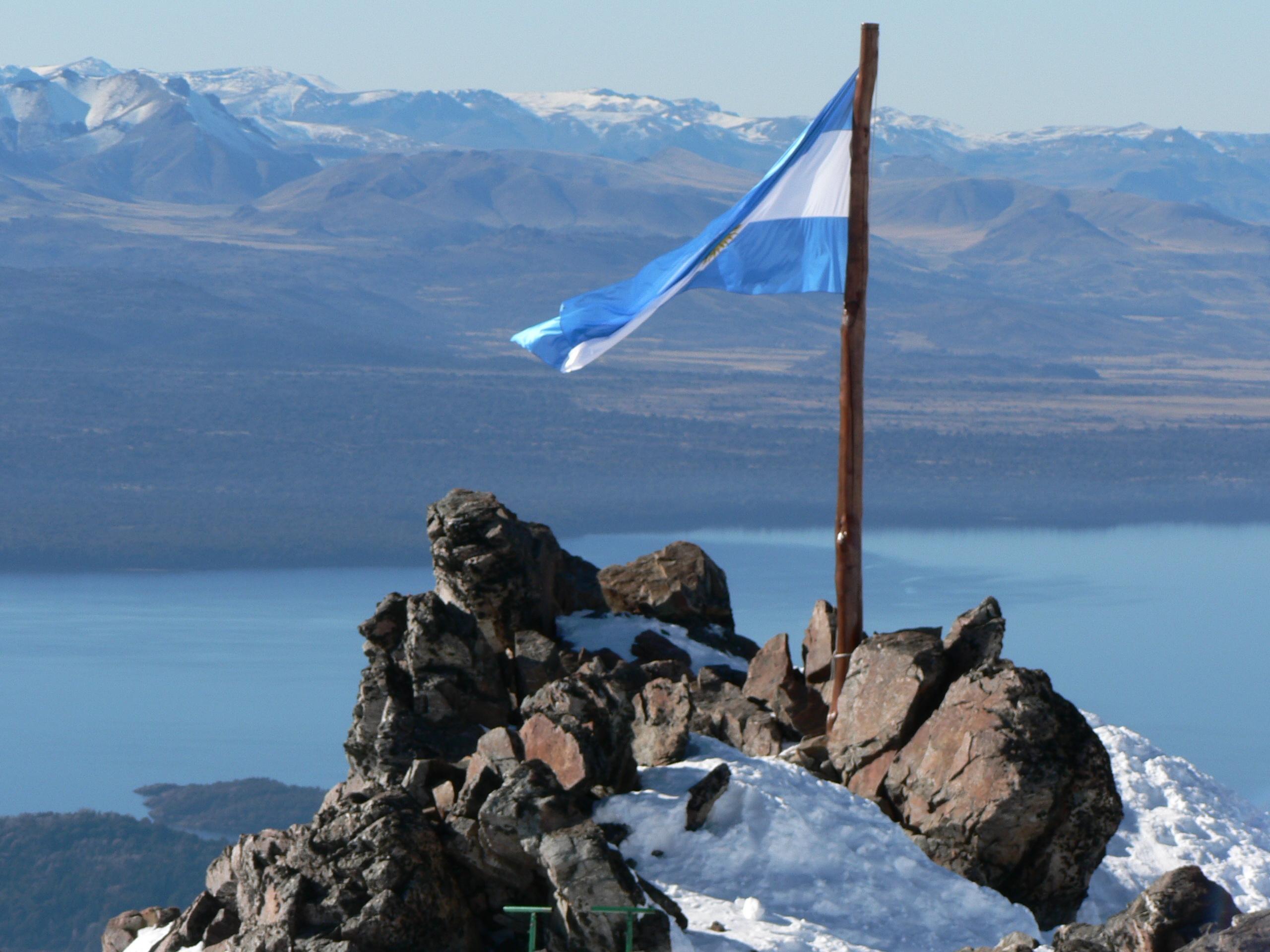 Argentinische Flagge im Bergland