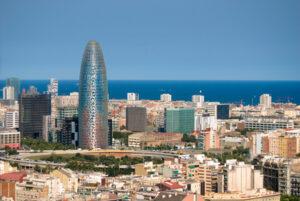 Der Artikel berichtet über Barcelona als mögliches Reiseziel.
