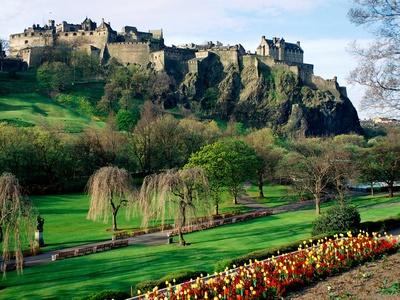 Der Artikel berichtet von der Vielfalt der schottischen Hauptstadt Edinburgh.
