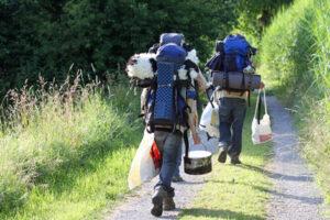 Zwei Wanderer mit großen Rucksaäcken