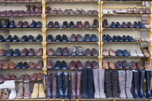 Der Artikel gibt Hilfestellung zur Wahl der Schuhe für die Reise.