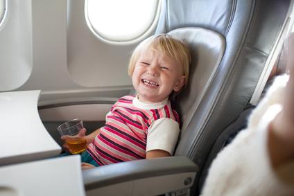 Der Artikel gibt Tipps für Flugreisen mit Kindern.