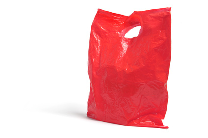 Artikelgebend ist das Kofferpacken mit Plastiktüten.