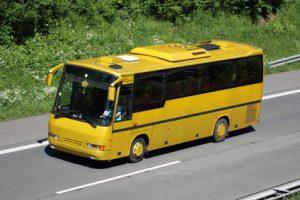 Ein gelber Fernbus auf der Autobahn