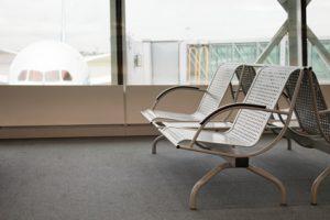 Ein Wartebereich in einem Flughafen