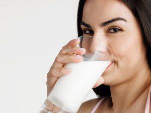 Der Artikel empfiehlt Milch als Getränk nach dem Training.