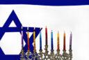 Hanukkah Menorah vor Israel Flagge