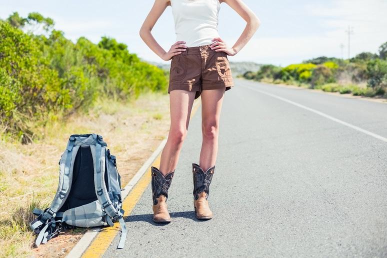 Backpackerin an der Straße