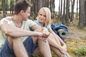 Junges Paar auf einer Trekkingtour
