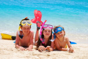 Kinder die am Strand liegen